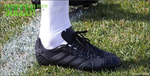 英格兰中场尼克-鲍威尔训练中穿着全黑Nitrocharge