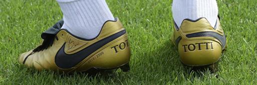 狼王托蒂训练中上脚全新专属传奇足球鞋