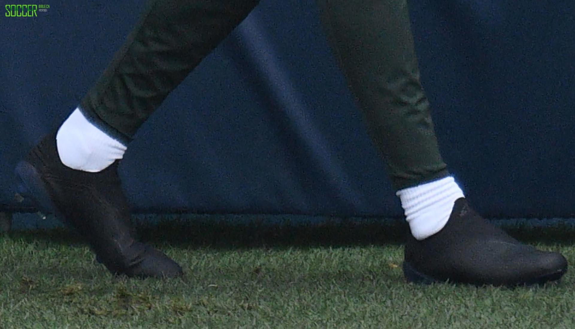 曼城后卫拉波尔特的全黑伪装X足球鞋