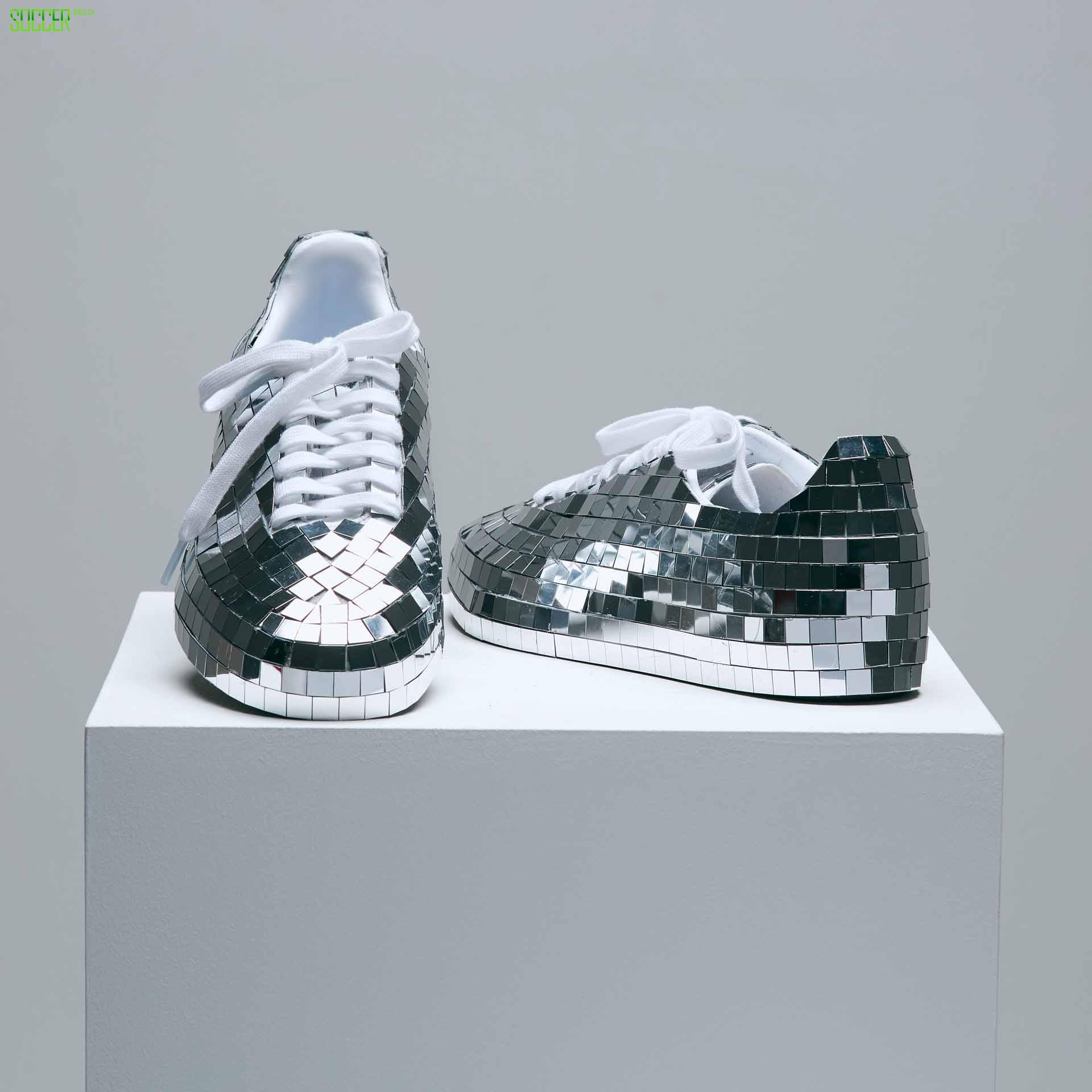 """大卫贝克汉姆为阿迪达斯 """"Prouder""""活动设计定制款Samba运动鞋"""