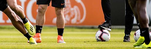 斯内德国家队谢幕战穿上定制版橙色Hypervenom毒锋足球鞋